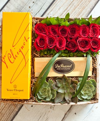 12 Roses & Veuve Cliquot Champagne Gift Box